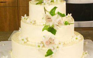 Jak ozdobić weselny tort? Poznaj obowiązkowe i oryginalne dekoracje