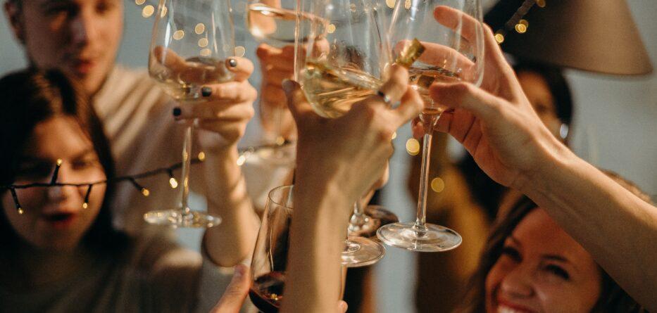 Ludzie wznoszący toast na sylwestra